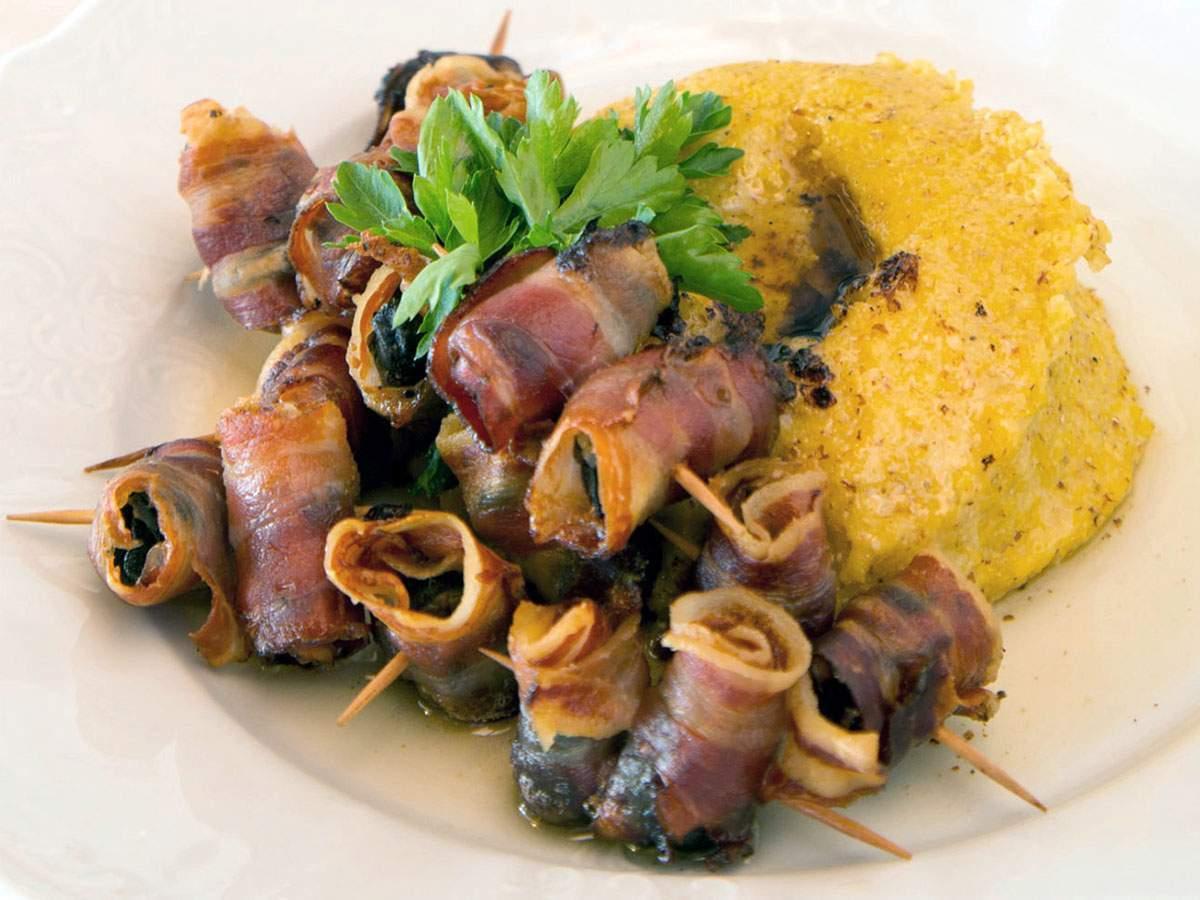 Spiedini di lumache di vigna con bacon croccante e polentina